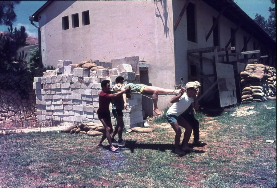 שקופית 18- 296 -ג'ש 1967-קב' חבצלת-אימוני עזרה ראשונה-שקי חול להגנה