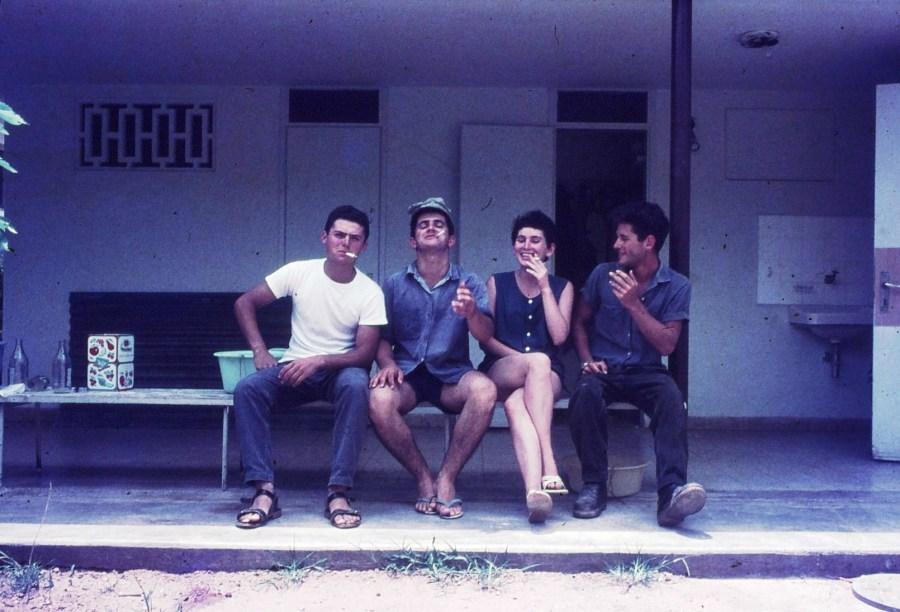 שקופית 23- 296 -ג'ש 1967-קב' חבצלת-בהפסקת עישון-בני לפידות גבי ניר נעמה פלפן ולזיהוי