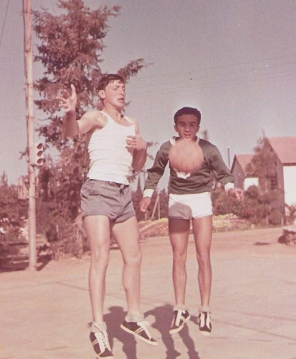 שחף כדורסל יעקב מרחי ודוד ארי באוויר, 1966