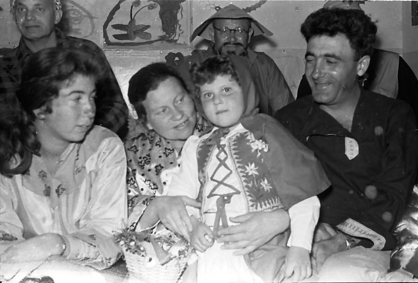 תמונה 17- 842 -ג'ש 1960-פורים-פעוטון-בומק הרפז נטע הרפז ענת הרפז נורית שדה יהושוע הניג