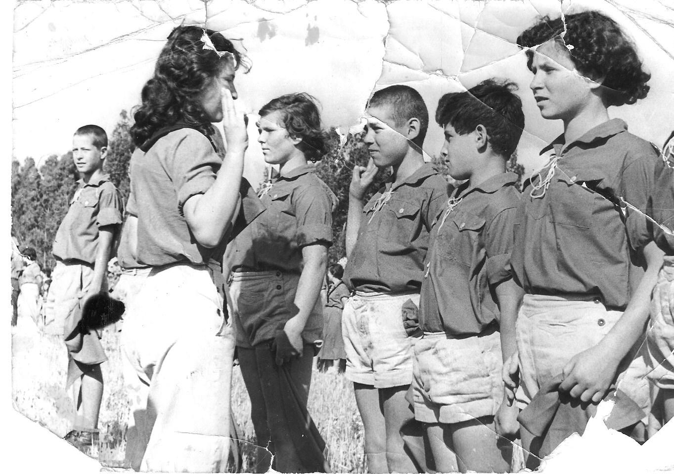 1951-2   המדריכה בתיה בשקה גולן מימין יהודה ספרן עזרא מרמלשטיין נעמי ארבל ויוסי גילאי