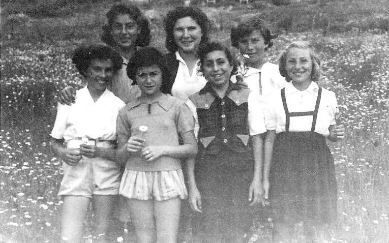 1951 בתיה בשקה גולן מדריכה עם הבנות בגבעת אולגה