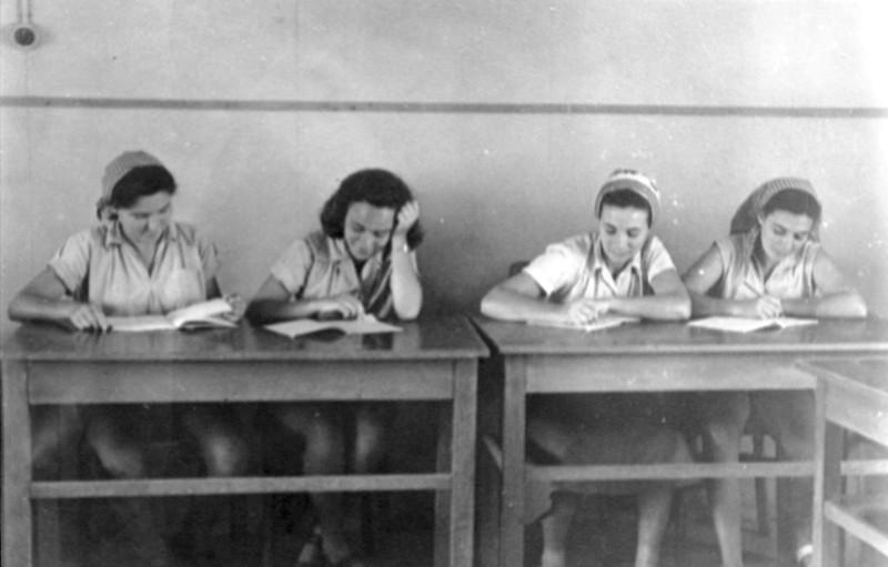 תמונה 22- 914 -גש 1953-קב שבלים-בכיתה-בשקה גולן מלכה מיכצה סדק מרים פרנק