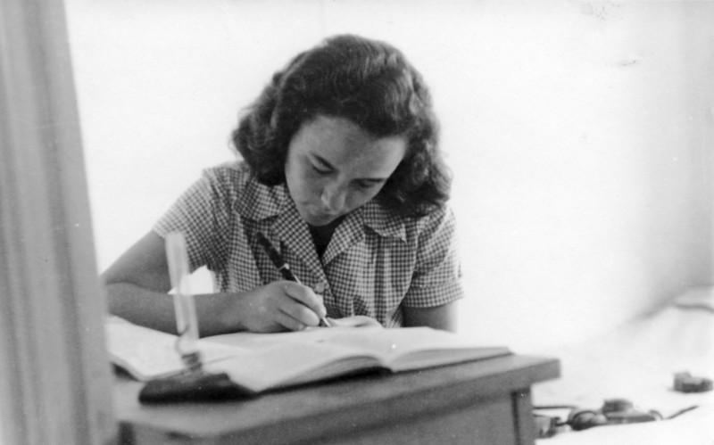 תמונה 24- 914 -גש 1953-קב שבלים-מלכה לומדת בכיתה