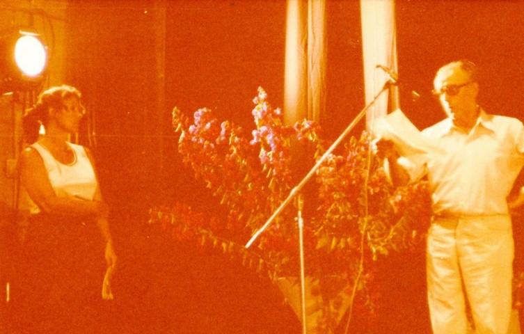 תמונה 21- 345 -גש 1979-יצחק רימון מברך עמירה הגני בטכס סיום יב