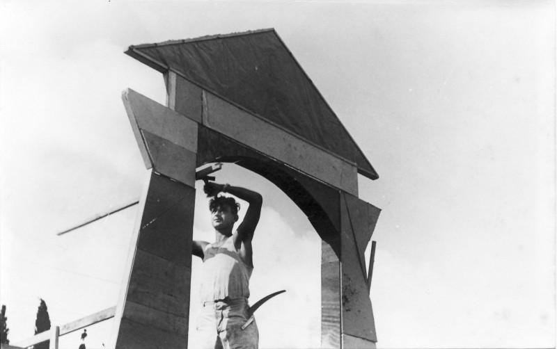 תמונה 26- 914 -גש 1953-קב שבלים-דוד גרף בונה דקורציה להצגה