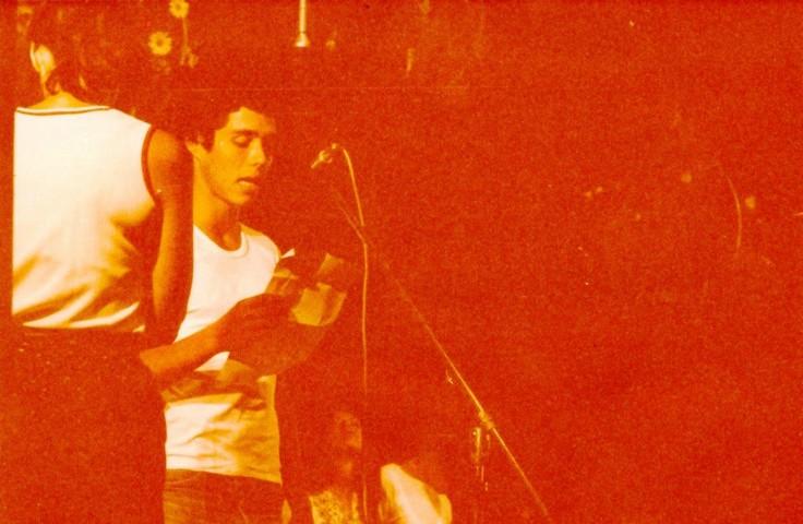 תמונה 37- 345 -גש 1979-גיא אורן ליד המיקרפון