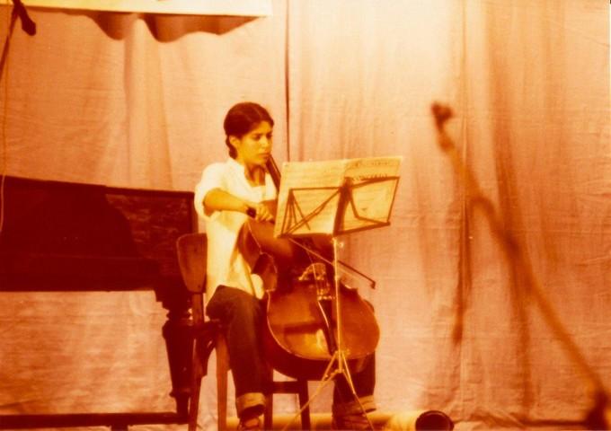 תמונה 42- 345 -גש 1979-ראלי מרגלית מנגנת בצלו בטכס סיום יב