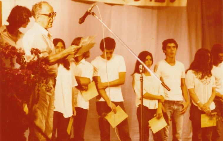 תמונה 43- 345 -גש 1979-יצחק רימון מברך בטכס סיום יב