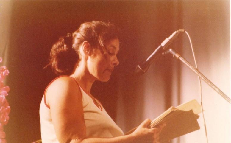 תמונה 45- 345 -גש 1979-עמירה הגני מברכת בטכס סיום יב