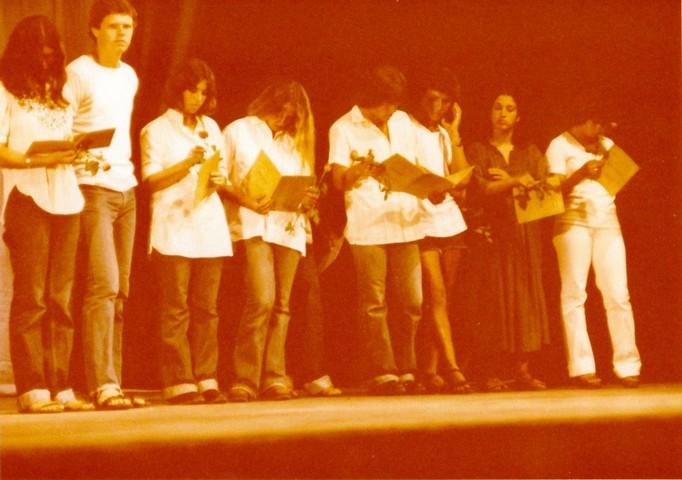 תמונה 47- 345 -גש 1979-על הבמה בטכס סיום יב
