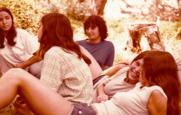 תמונה 50- 345 -גש 1979-בנות על הדשא סיגל נטע