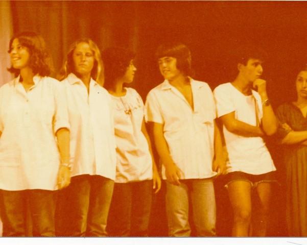 תמונה 51- 345 -גש 1979-איציק ברק ורד בטי שרית בטכס סיום יב