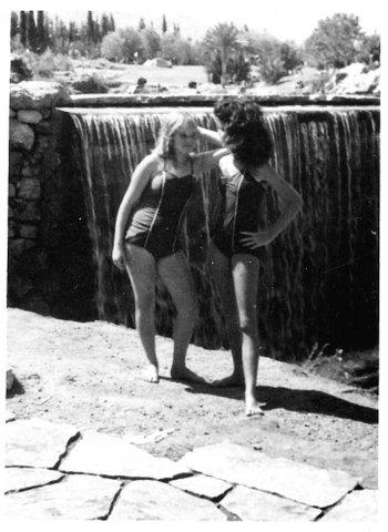 מימין לאקה גלוברמן - קפיטנוב משמאל ענת שטינברג - זיו און בטיול שנתי ליד הסחנה, כתה ח' 1961 קבוצת רימון