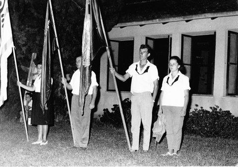 רחל פלג ועמרם גולן במפקד יום העצמאות 1964 ליד בית אורי
