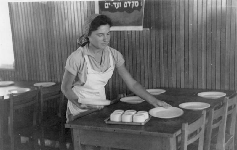 תמונה 30- 914 -גש 1953-קב שבלים-בשקה גולן עובדת בחדר אכל מוסד