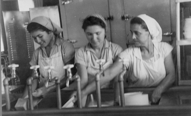 תמונה 31- 914 -גש 1953-קב שבלים-במטבח המוסד-אורה קנז בשקה גולן רחל זיידנברג