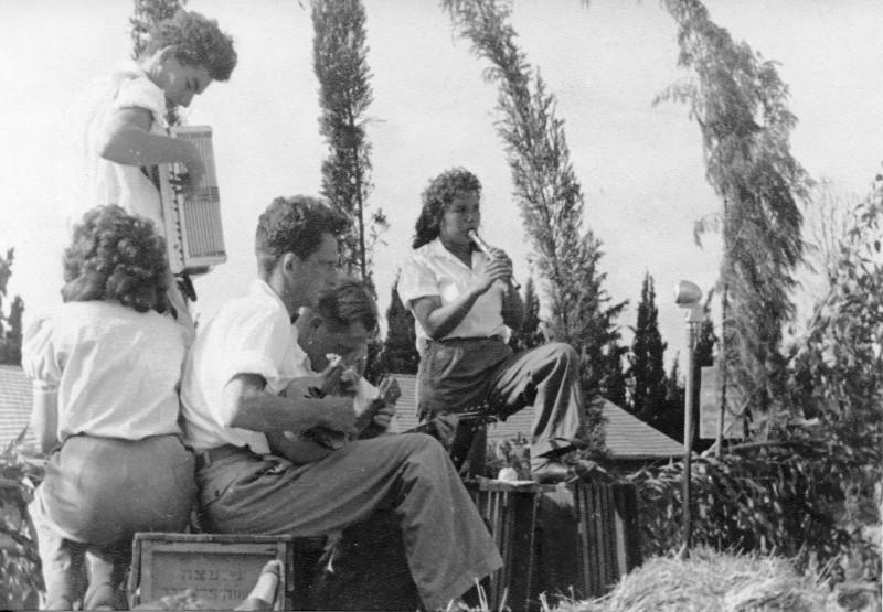 תמונה 40- 914 -גש 1953-חג ביכורים-התזמורת-פרטים בסכום