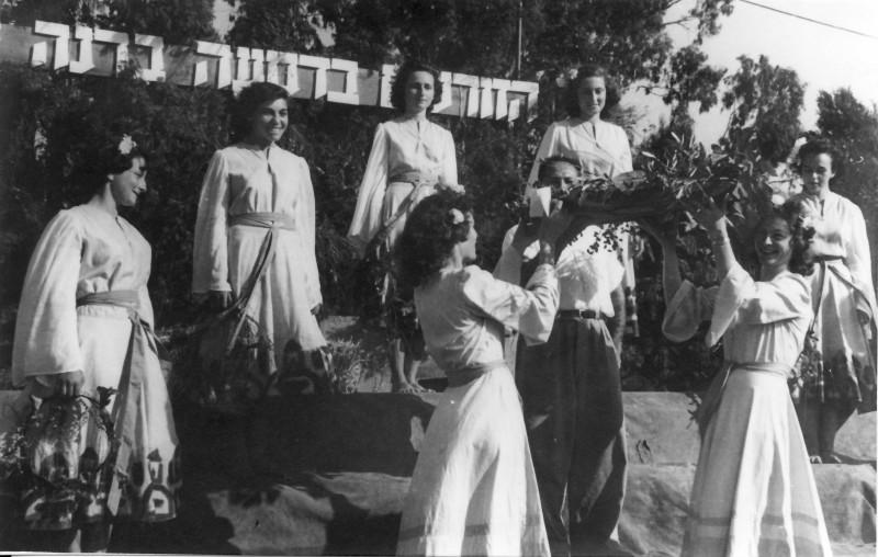 תמונה 41- 914 -גש 1953-חג ביכורים-הבמה-פרטים בסכום