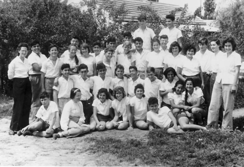 תמונה 2- 925 -ג'ש 1956-7-קב' אמיר-עם המחנכות תרצה ורדי ועמירה הגניוהמדריכים רינה פרנק ומיכה זכאי-מיקה ויצמן נורית שדה שרה מרון תמי פארי כרמלה עדי אב