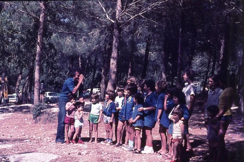 שקופית 4- 9 - כנס קבוצת אמיר 1976 - ציון טובי מצלם את ילדי הדור השני של הקבוצה