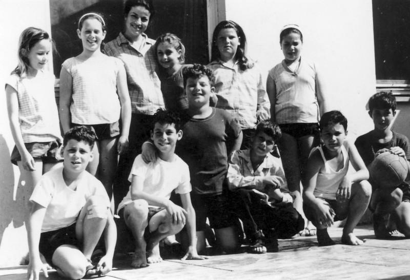 תמונה 8- 227 - קבוצת אורן עם המורה דינה שני כיתה ד 1964 - רונית צור מיכל יבנין-שמות בסיכום