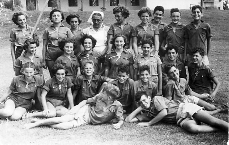 תמונה 4- 38 - קבוצת אילה עם מיקה עופר המדריכה ופנינה אלוני המטפלת שנות ה-50 - שמות בגב התמונה ובס