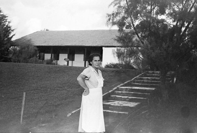 תמונה 7- 793 -ג'ש 1958-חיה הוכשטיין-ברקע חדר אכל מוסד