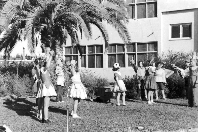 תמונה 1- 258 - הצגה של קבוצת אילה מאחורי בית הקומותיים - שנות ה-50