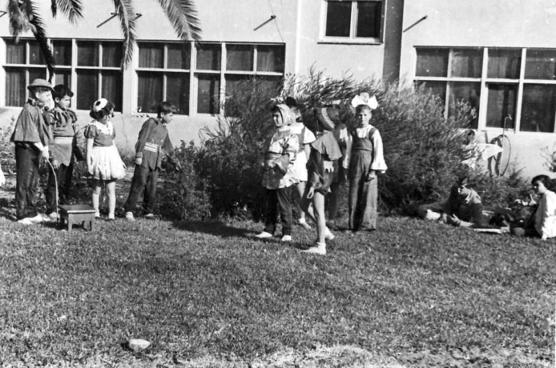 תמונה 2- 258 - הצגה של קבוצת אילה מאחורי בית הקומותיים - שנות ה-50
