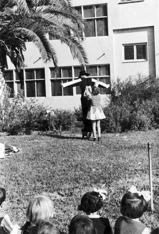 תמונה 3- 258 - הצגה של קבוצת אילה מאחורי בית הקומותיים - שנות ה-50