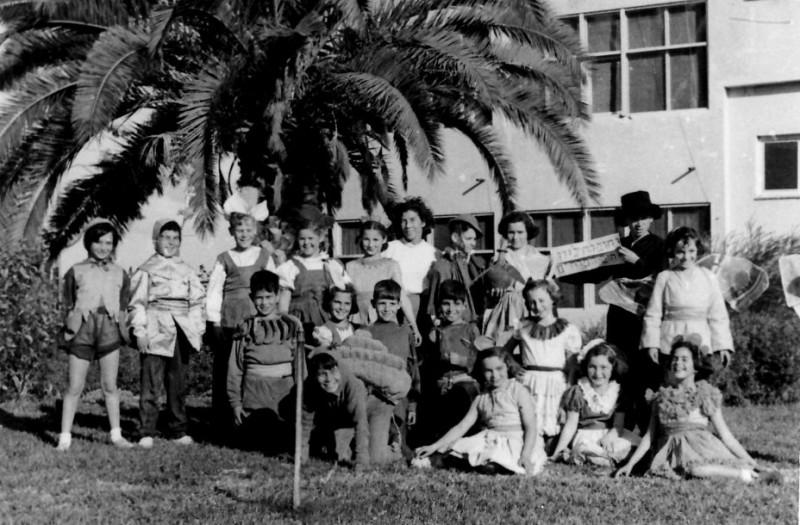 תמונה 6- 258 - הצגה של קבוצת אילה עם צשקה מאחורי בית הקומותיים - שנות ה-50
