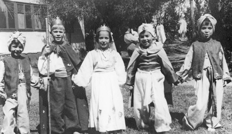 תמונה 15- 261 - קבוצת אילה בפורים שנות ה-40 - אמציה חנני חוה גלבוע יואל שוסדק