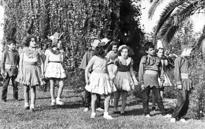 תמונה 9- 261 - קבוצת אילה בהצגה שנות ה-40 - יעל פלפן איציק הדר