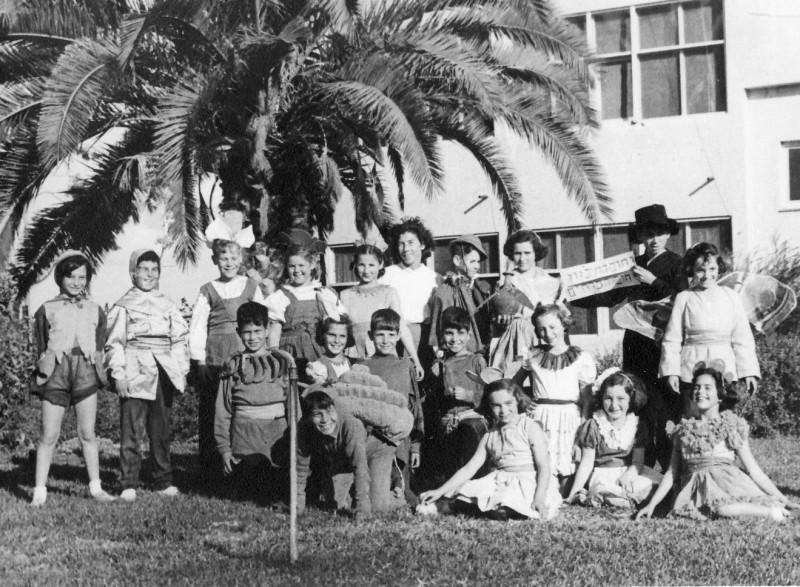 תמונה 14- 263 - קבוצת אילה בפורים עם צשקה בפורים שנות ה-50 - חוה גלבוע עמיר שפירא יואל שוסדק יהוד