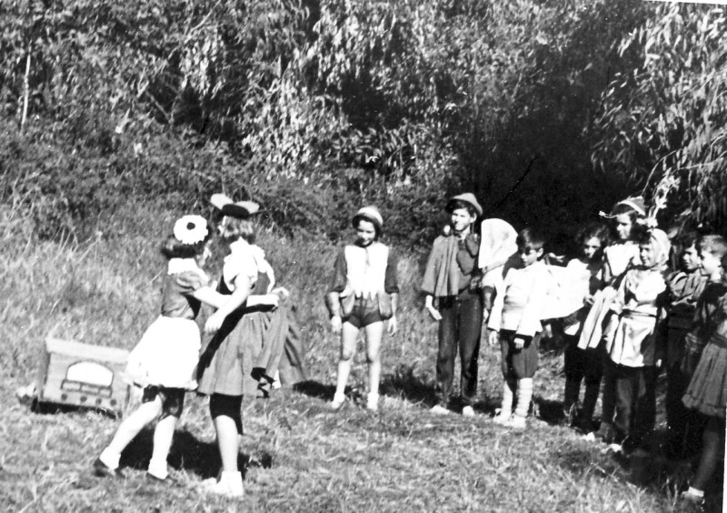 תמונה 4- 264 - קבוצת אילה בטו בשבט בחורשות בירכת בטי שנות ה-40-50