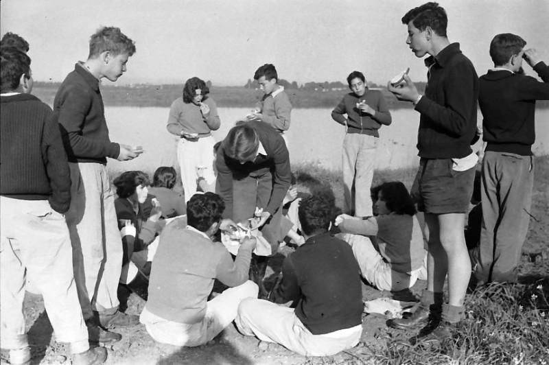 תמונה 6- 736 -ג'ש 1956-קבוצת אילה בבריכות דגים דמיירה- בן-עמי שוסטר יעל פלפן תמר מילר-זכאי גדעון אלדן