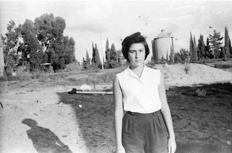 תמונה 16- 793 -ג'ש 1958-רחל קב' אילה-ברקע-מגדל הסילו ברפת
