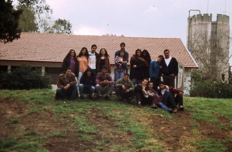 שקופית 29- 205 -גש 1990-8-קבוצת אלה-ברקע-חדר אכל מוסד ומגדל המים