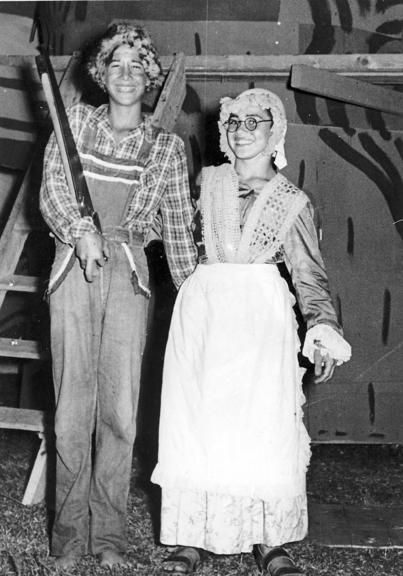 תמונה 13- 222 - הצגת קבוצת אלומה - שוכני האלון כולם-שנות ה-50 - יוסי גילאי ושאולי רוזנטל