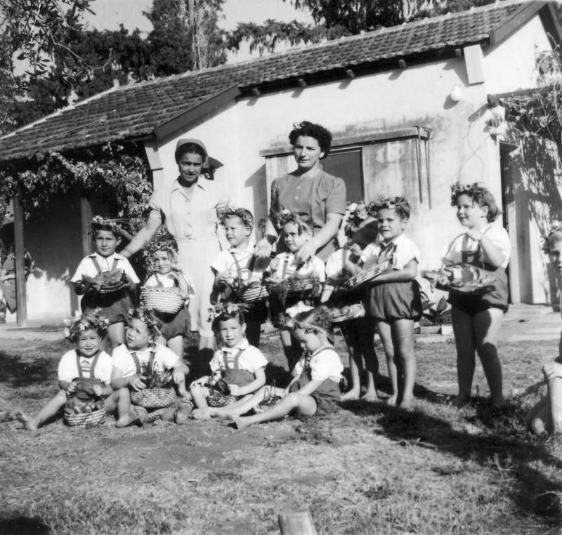תמונה 14- 213 - עדה ניר ורחל לודמיר עם פעוטים קבוצת-אלומה בחג ביכורים - שנות ה-50