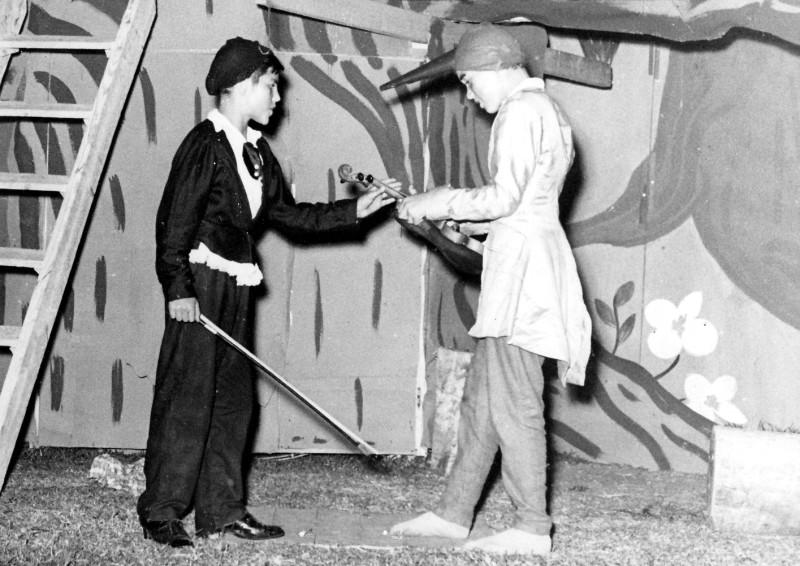 תמונה 14- 222 - הצגת קבוצת אלומה - שוכני האלון כולם-שנות ה-50 - עזרא מרמלשטיין ושמעון אילן
