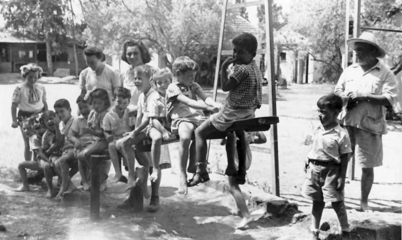 תמונה 15- 350 - רות גלילי ופנינה ברונשטיין עם ילדי קבוצת אלומה - שנות ה-40