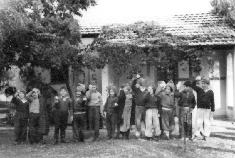 תמונה 16- 174 - ילדי קבוצת אלומה -  גן-שמואל בשלג - ינואר 1950 - לזיהוי