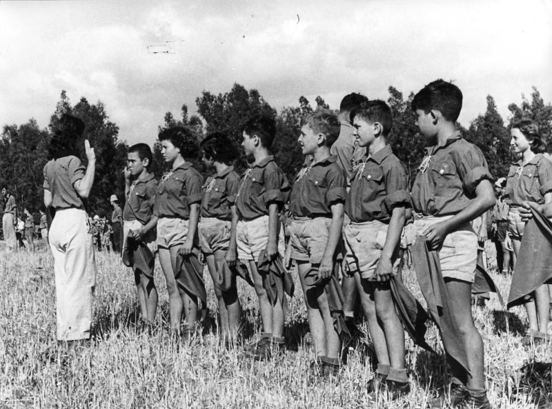 תמונה 18- 18 - קבוצת אלומה מקבלים עניבות מראש הקן בשקה גולן - שמות בגב התמונה ובסכום