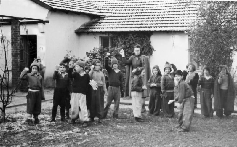 תמונה 18- 250 - פנינה ברונשטיין עם ילדי קבוצת אלומה בשלג בבית ה-ח -  1950