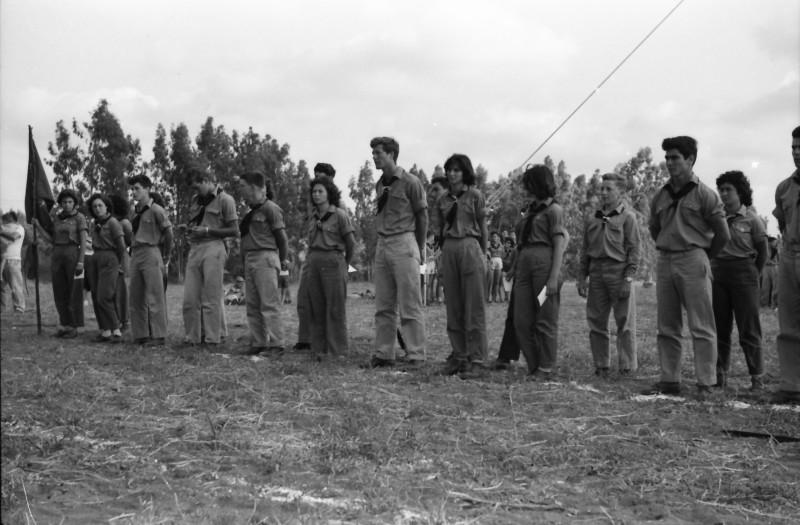 תמונה 30- 1185 -גש 1960-מפקד לג בעומר-קבוצת אלומה מקבלת סמלי בוגרים