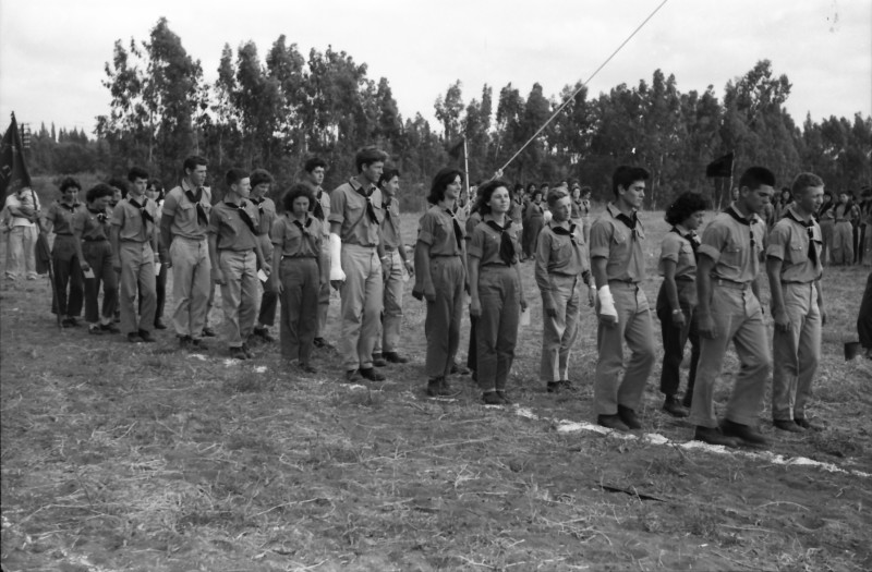 תמונה 31- 1185 -גש 1960-מפקד לג בעומר-קבוצת אלומה מקבלת סמלי בוגרים