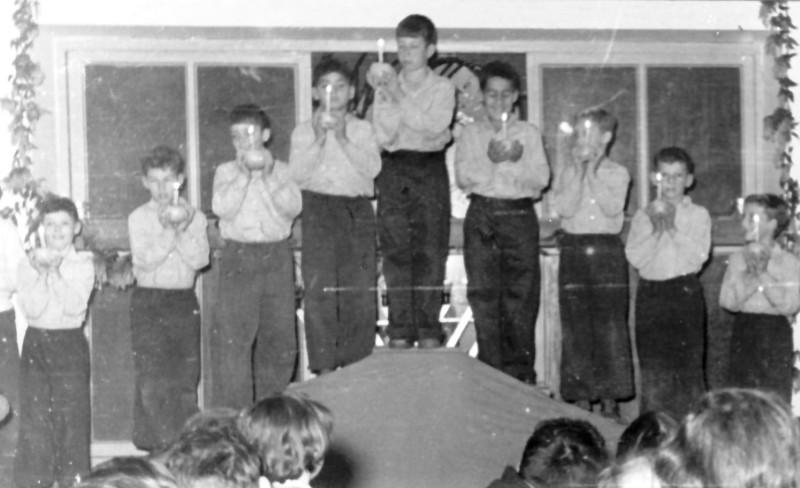 תמונה 1- 200 - בני קבוצת אלומה בהופעת חנוכה - שאולי רוזנטל רני שיפר דדה עמיר - 1955