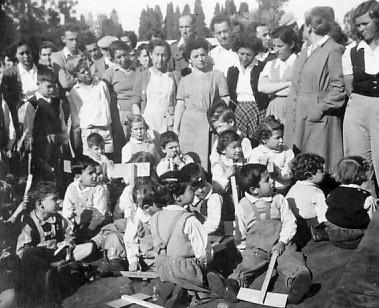 תמונה 1- 305 - טו בשבט ילדי קבוצת אלומה ודינה הניג צשקה רות ק. מרים ליטר בצלאל לב פוצי ארזי